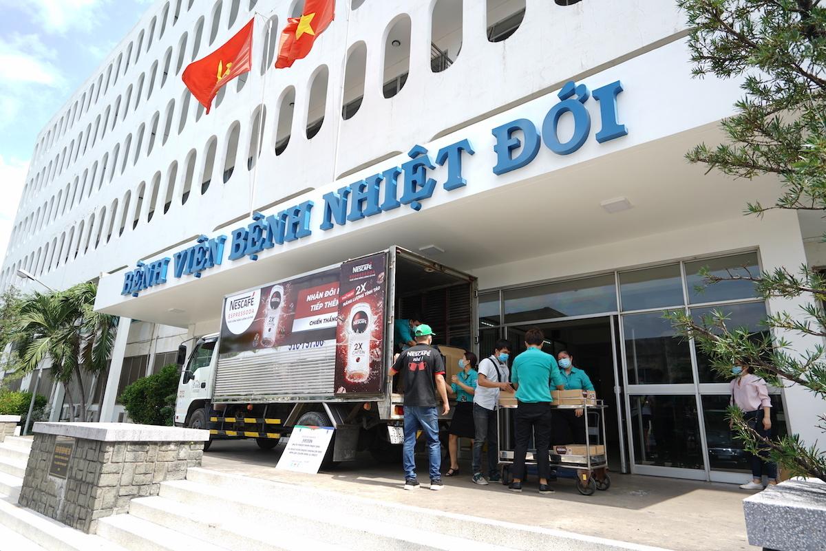 Bệnh viện Bệnh Nhiệt Đới là điểm đến đầu tiên trong chuỗi chương trình tặng thức uống tiếp sức tuyến đầu chống dịch của Nescafe.