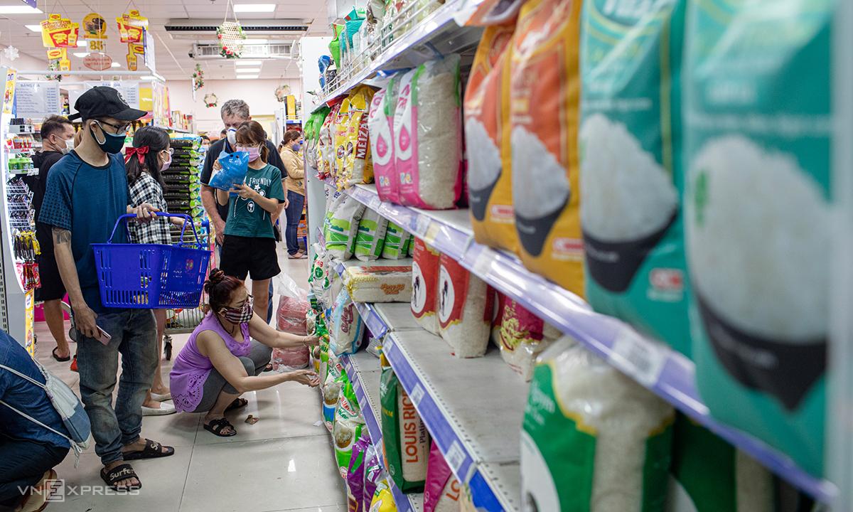 Người dân chọn mua gạo tại siêu thị Coop Mart Cống Quỳnh (quận 1, TP HCM) chiều tối 31/3. Ảnh: Thành Nguyễn