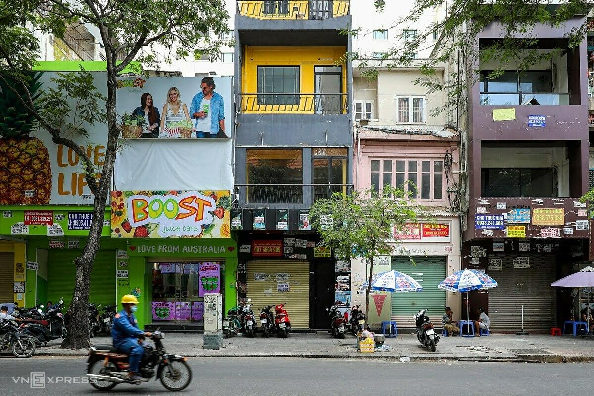 Loạt mặt bằng đóng cửa rao cho thuê ở một con phố ở TP HCM ngày 30/3. Ảnh: Quỳnh Trần