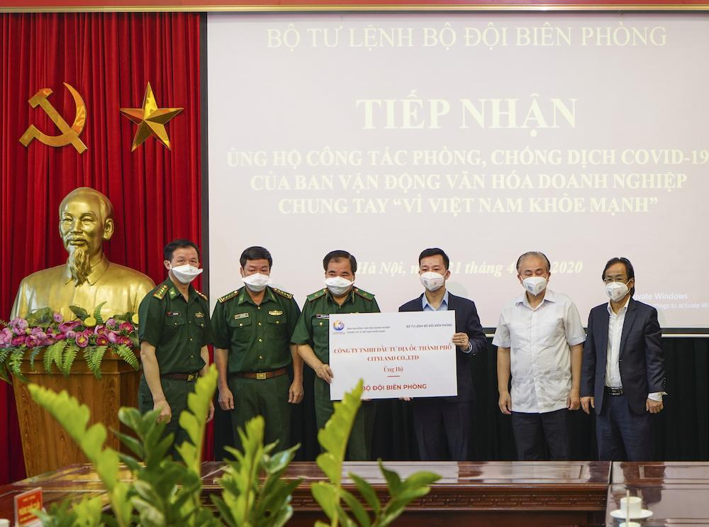 Đại diện công ty TNHH Đầu tư Địa Ốc Thành Phố (CityLand) trao tặng vật tư, trang thiết bị y tế cho các chiến sĩ bộ đội biên phòng.