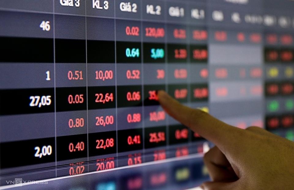 Nhà đầu tư theo dõi giá cổ phiếu tại một sàn giao dịch ở TP HCM. Ảnh: Như Quỳnh.