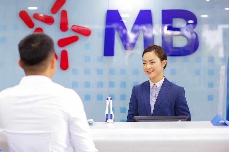 Khách hàng giao dịch tại MB.