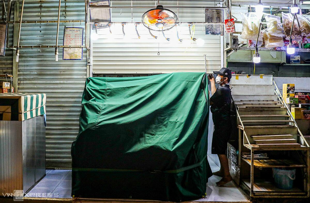 Tiểu thương chợ Bến Thành (TP HCM) đóng cửa sạp hàng vì ế khách ngày 27/3. Ảnh: Quỳnh Trần.
