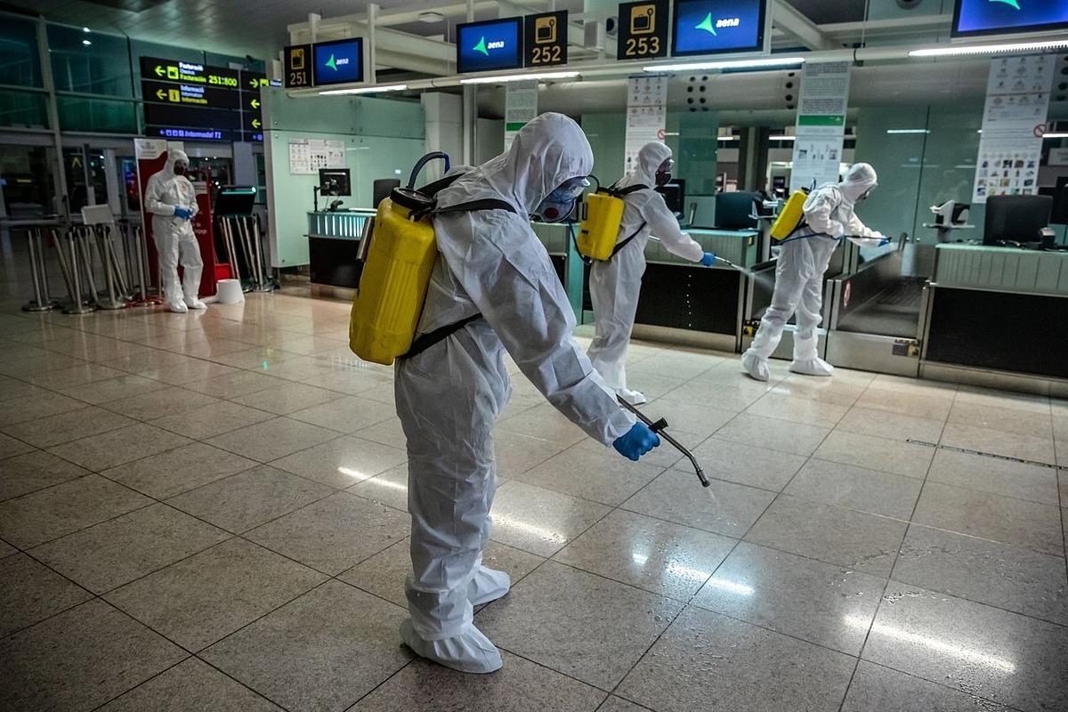 Xịt khử khuẩn tại Sân bayEl Prat, Barcelona, Tây Ban Nha ngày 19/3. Ảnh: Bloomberg