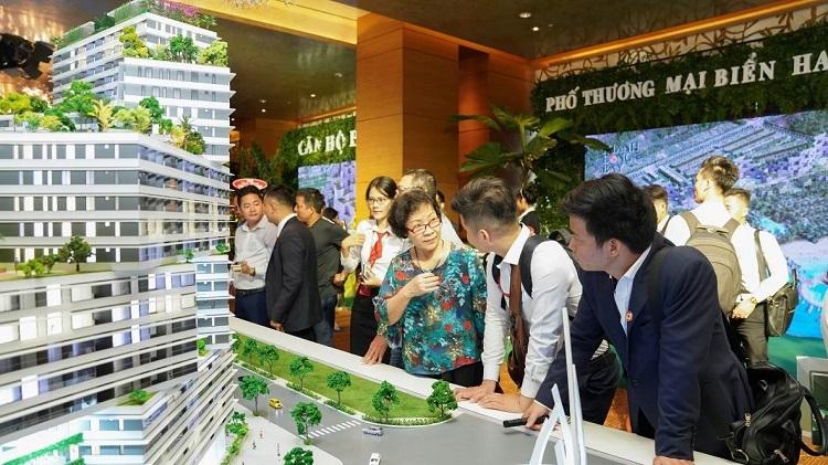Các chuyên viên môi giới tư vấn của Nam Group thông tin về một dự án căn hộ cho khách hàng.