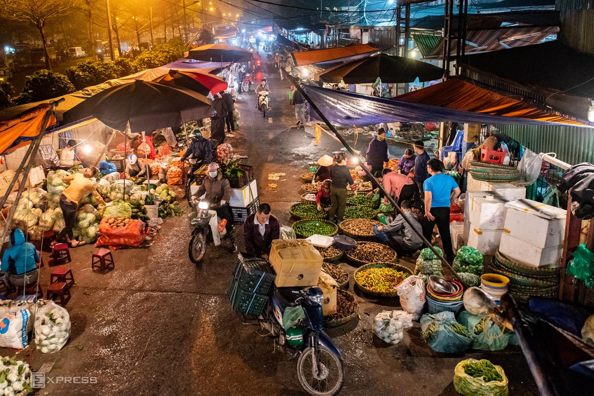 Hoạt động mua bán tại chợ đầu mối Long Biên (Hà Nội) lúc rạng sáng ngày 8/3. Ảnh: Thanh Huế.