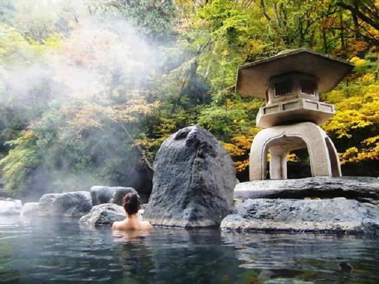 Một suối tắm khoáng nóng tại Nhật Bản.