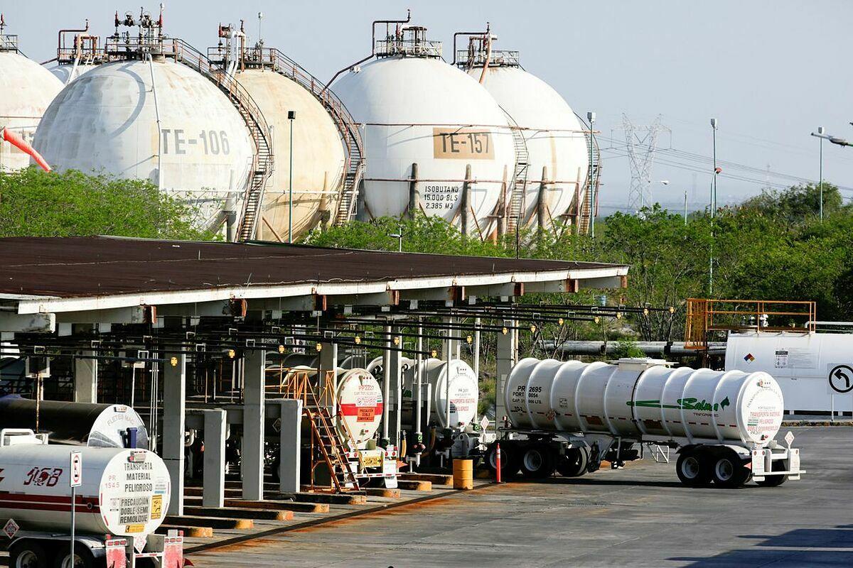 Bên ngoài nhà máy lọc dầu của Pemex ở Monterrey (Mexico). Ảnh: Reuters