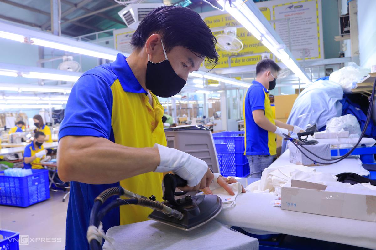 Công nhân một công ty dệt may ở TP HCM sản xuất khẩu trang vải kháng khuẩn. Ảnh: Nguyệt Nhi