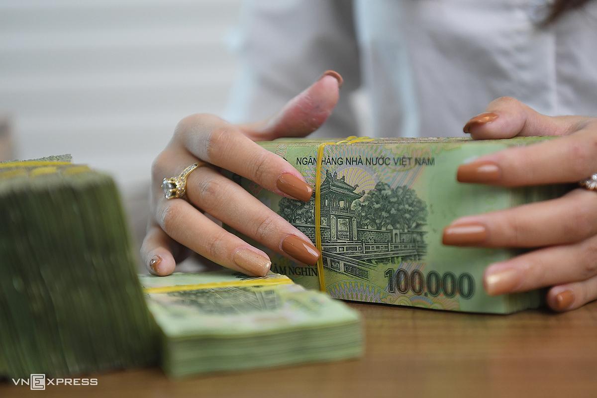 Nhân viên một ngân hàng ở Hà Nội kiểm đếm tiền. Ảnh: Giang Huy.