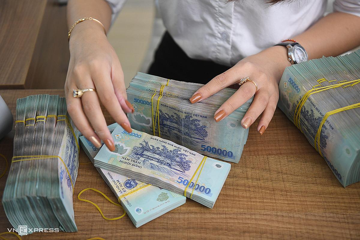 Kiểm đếm tiền mặt tại một ngân hàng cổ phần. Ảnh: Giang Huy.