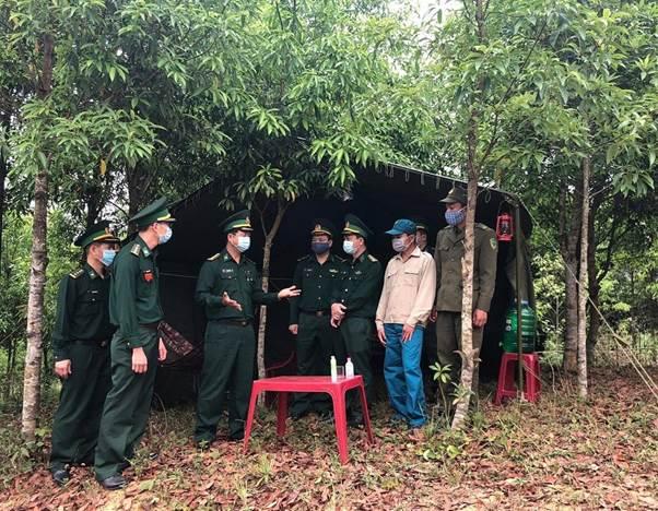 Đại úy Hoàng Minh Thiết (người giơ tay) cùng đồng đội tại chốt kiểm soát biên phòng.