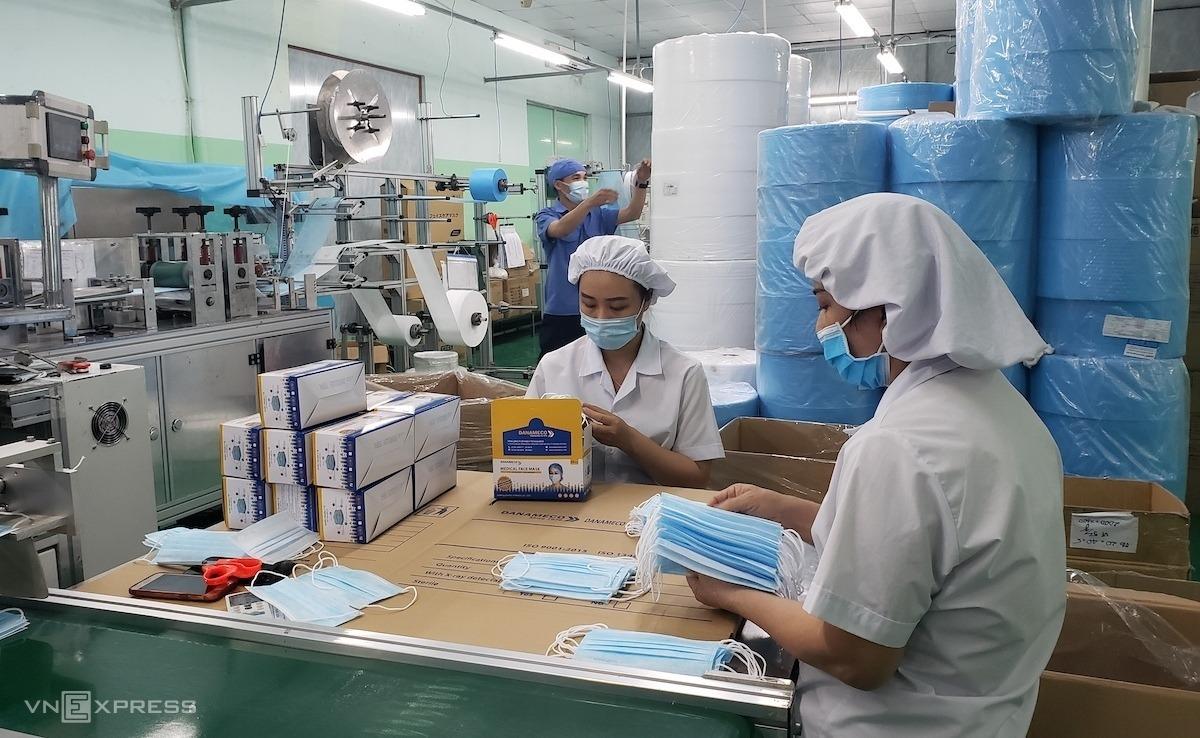 Công nhân Danameco kiểm tra khẩu trang y tế trước khi đóng hộp.Ảnh: Lê Vũ.