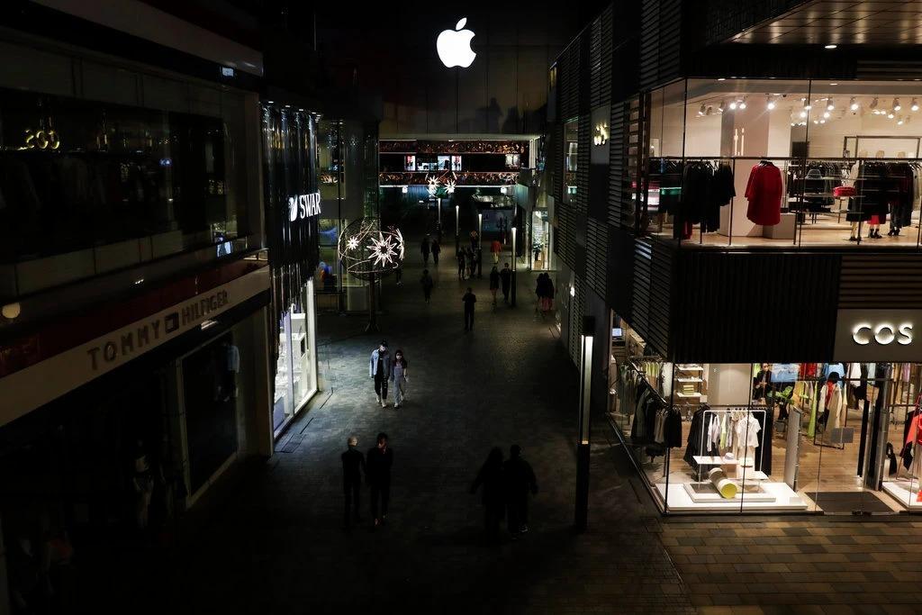 Một trung tâm thương mại nổi tiếng ở Bắc Kinh chỉ có khách đi dạo bên ngoài cửa hàng vào giữa tháng 4/2020. Ảnh: AP