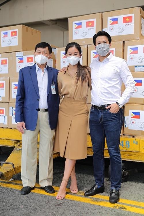 Ông Johnathan Hạnh Nguyễn, Tiên Nguyễn và Phillip Nguyễn tại kho hàng sân bay Tân Sơn Nhất.