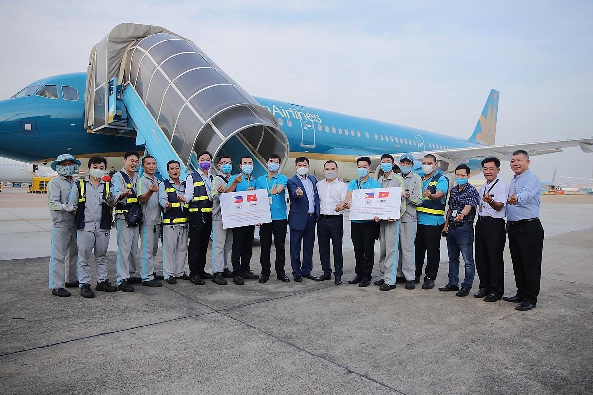 Ông Johnathan Hạnh Nguyễn và êkíp dịch vụ hàng hóa của Vietnam Airlines chuẩn bị cho chuyên cơ cất cánh ngày 29/4.