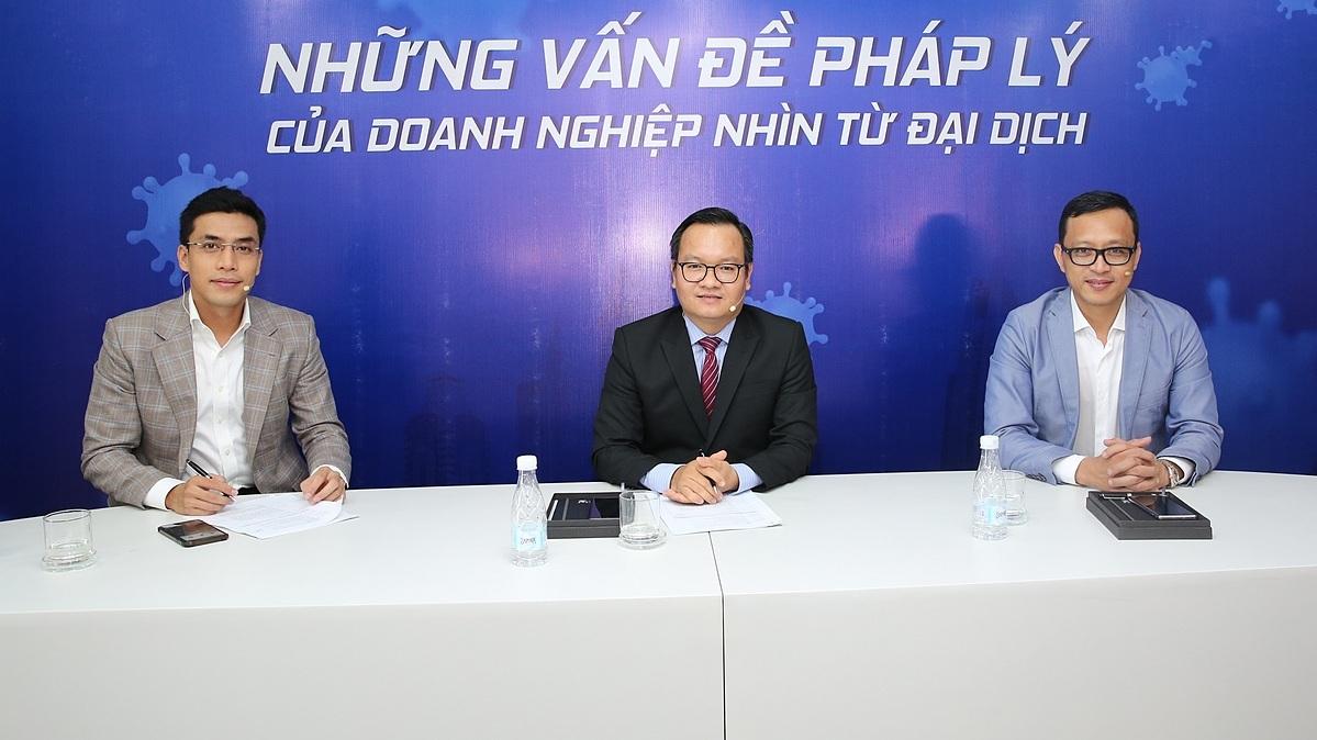 Từ trái sang, MC Quốc Khánh, luật sư Trần Thanh Tùng, luật sư Trần Võ Quốc Sơn tại buổi tọa đàm trực tuyến sáng ngày 1/5. Ảnh: TBKTSG