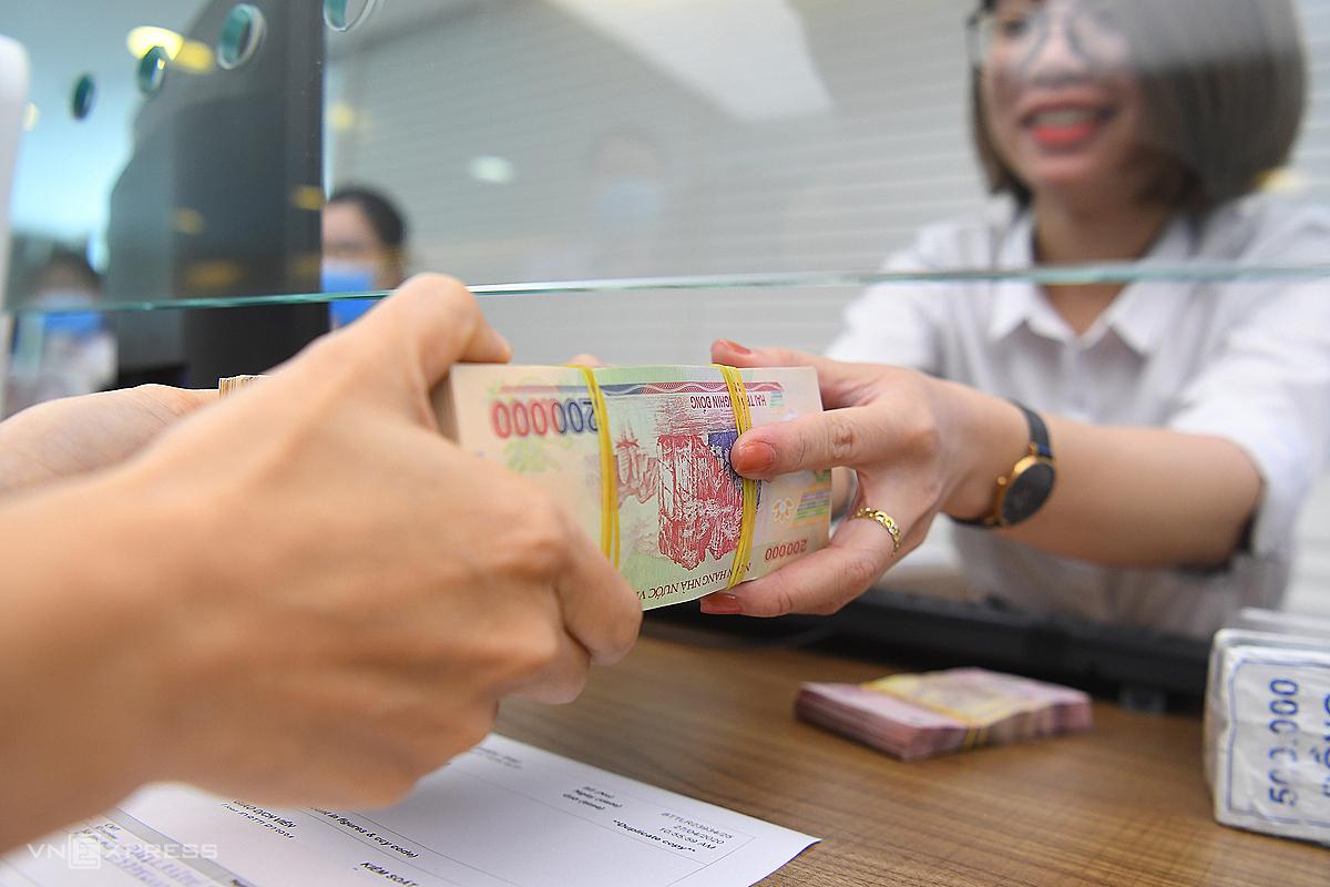 Khách hàng gửi tiền tại Ngân hàng VIB Hà Nội. Ảnh: Giang Huy.