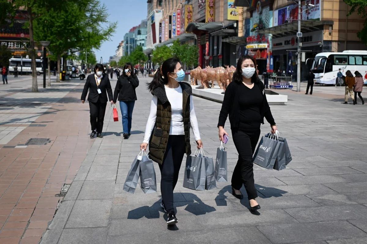 Người tiêu dùng đi mua sắm sau đại dịch ở Trung Quốc. Ảnh: AFP