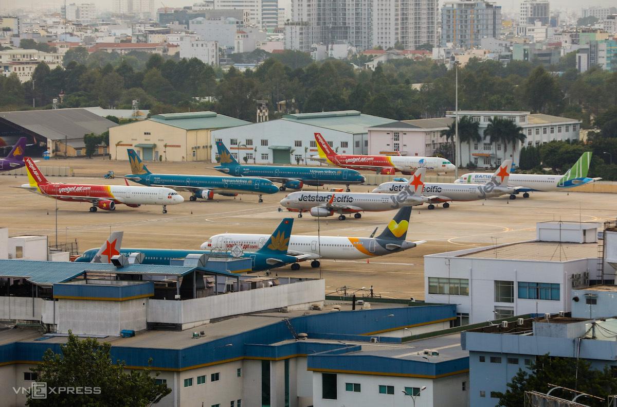Máy bay các hãng hàng không xếp hàng dài trên đường băng của sân bay Tân Sơn Nhất trong những ngày cách ly xã hội tháng 4/2020. Ảnh: Quỳnh Trần