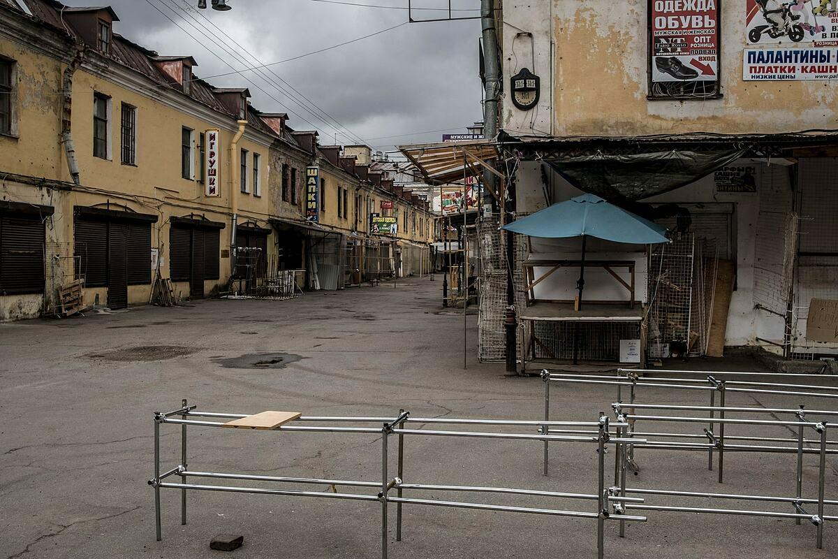 Một khu chợ vắng vẻ tạiSt. Petersburg (Nga). Ảnh: NYT
