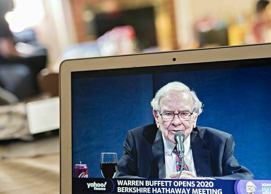 Tỷ phú Warren Buffett điều hành cuộc họp trực tuyến đại hội đồng cổ đông thường niên năm 2020.Ảnh: Bloomberg.
