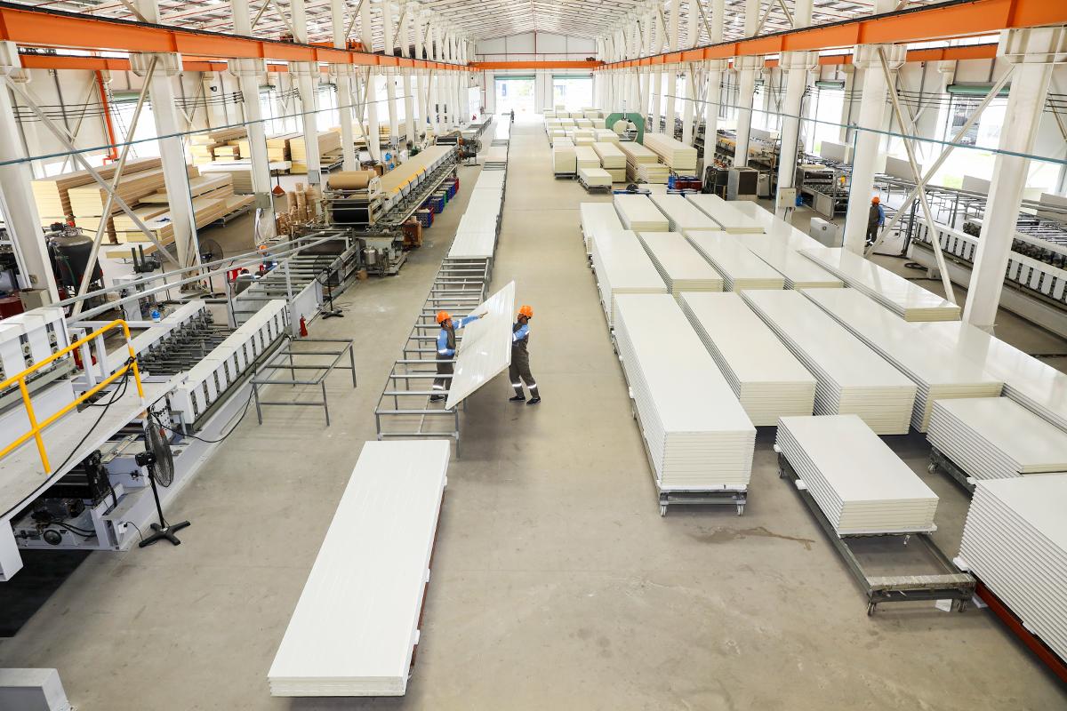 Công nhân đang làm việc bên trong nhà máy Phương Nam. Ảnh: Quỳnh Trần.