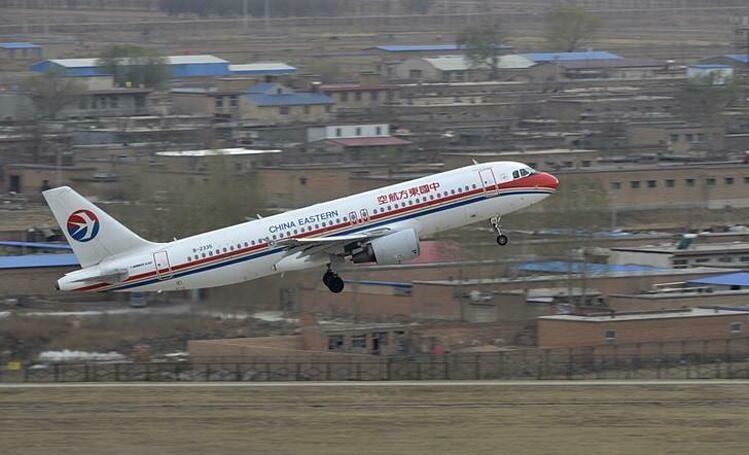 Một máy bay của China Eastern Airlines cất cánh tại Sơn Tây (Trung Quốc). Ảnh: Reuters