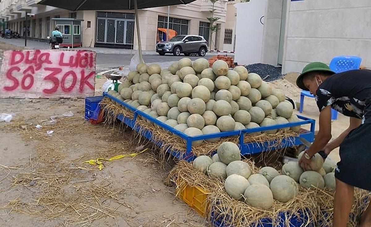 Dưa lưới bán ở vỉa hè đường Phan Văn Trị. Ảnh: Hồng Châu.