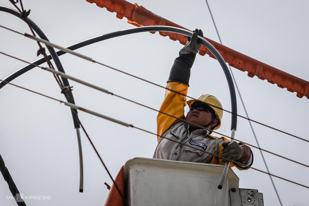 Công nhân Điện lực TP HCM sửa chữa trên đường dây. Ảnh: Nguyễn Thành