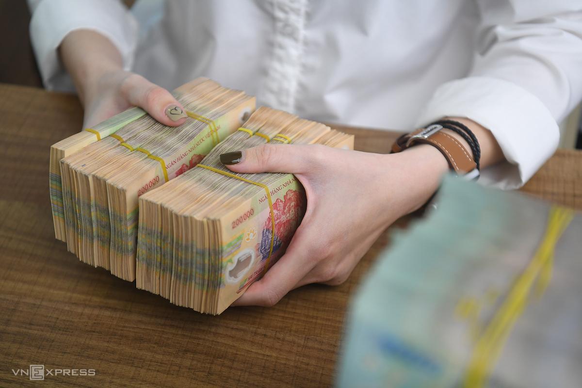 Khách hàng giao dịch tại chi nhánh Ngân hàng Quốc tế (VIB). Ảnh: Giang Huy