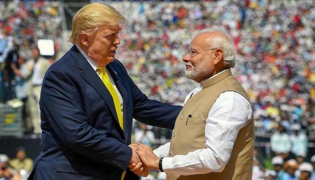 Tổng thống Donald Trump bắt tay Thủ tướng Narendra Modi tại sân vận động Motera ở Ahmedabad, Ấn Độ hôm 24/2.Ảnh: PMO
