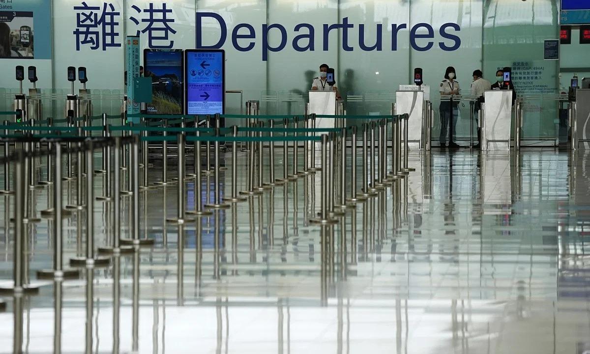 Ga đi của sân bay quốc tế Hong Kong vắng lặng trong mùa dịch. Ảnh: SCMP