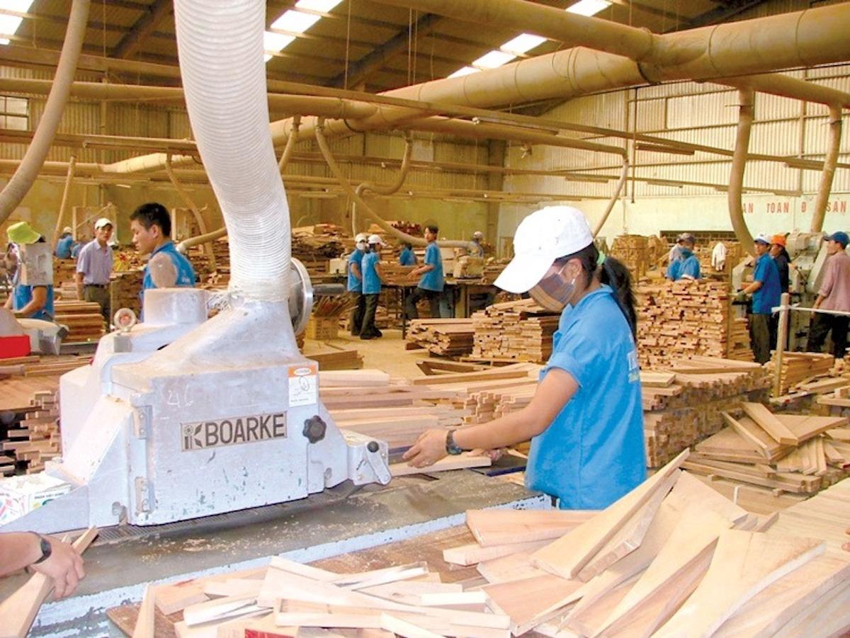 Công nhân trong phân xưởng sản xuất gỗ một công ty ở Bình Dương. Ảnh: HH Gỗ Bình Dương
