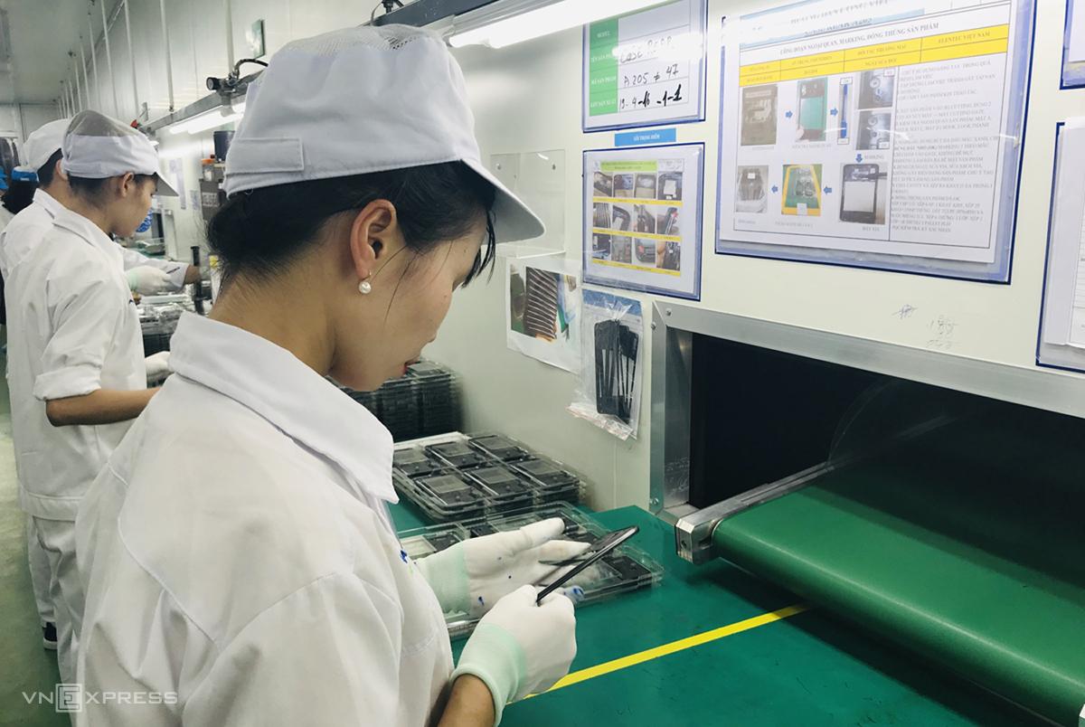 Công nhân sản xuất vỏ màn hình điện thoại tại một doanh nghiệp công nghiệp hỗ trợ ở Hải Dương. Ảnh: Thu Nguyễn