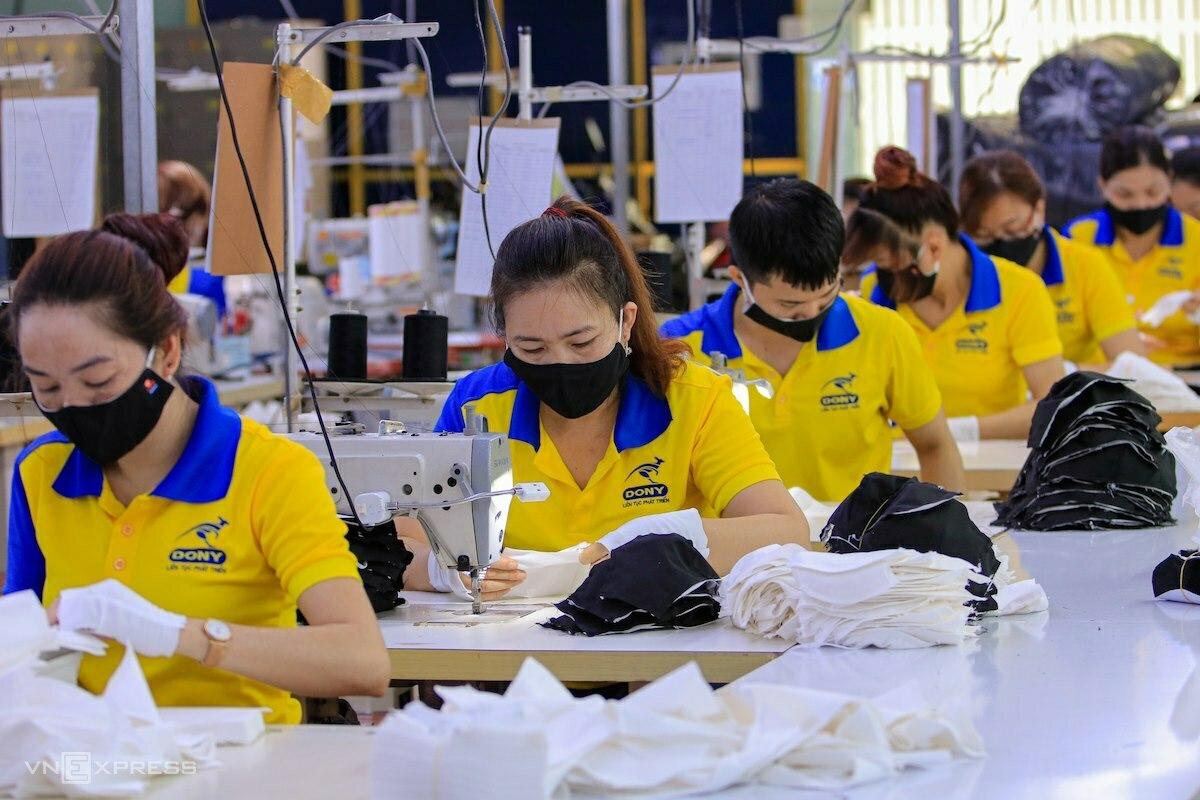 Công nhân của một doanh nghiệp ở TP HCM may khẩu trang kháng khuẩn để xuất khẩu sang các nước Trung Đông. Ảnh: Nguyệt Nhi.