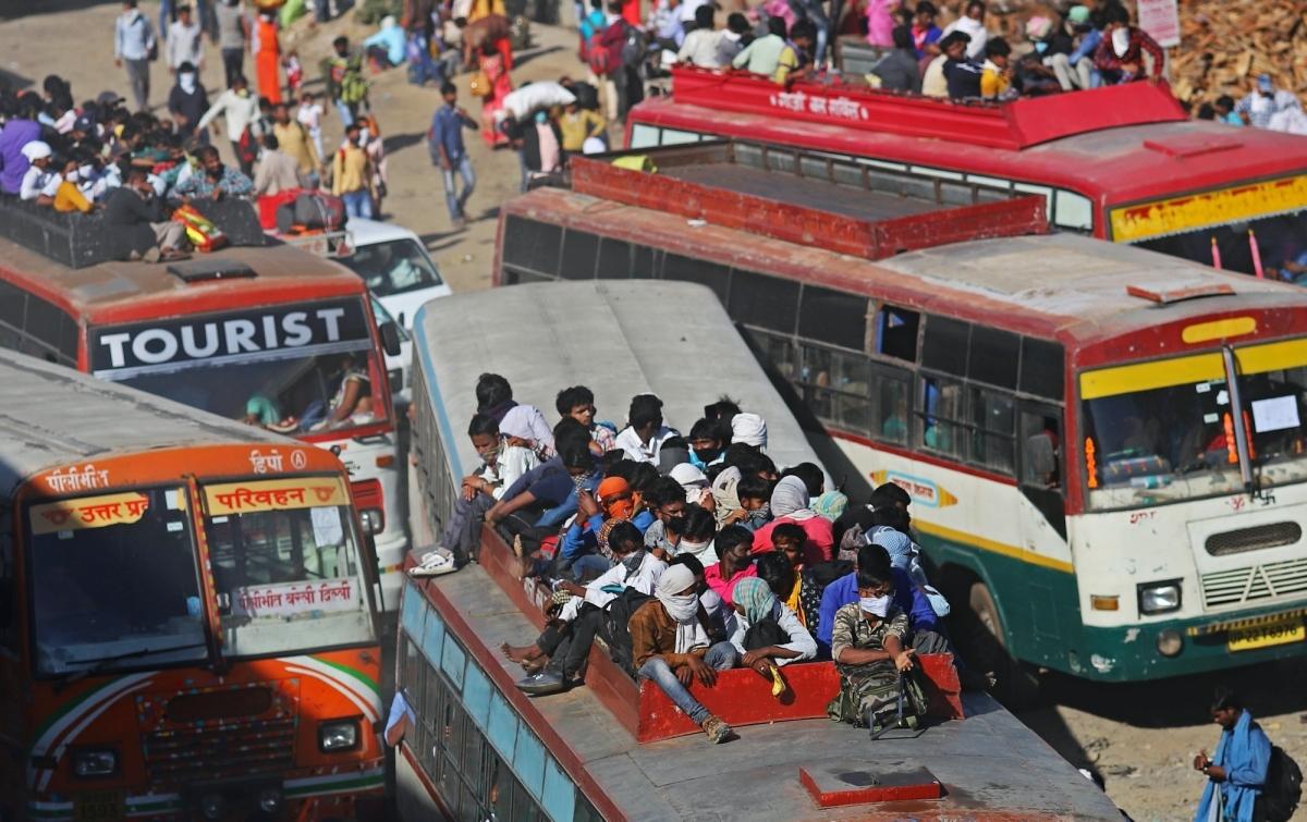 Những người lao động trở về quê khi Ấn Độ thực hiện cách ly xã hội từ cuối tháng 3. Ảnh: Bloomberg.
