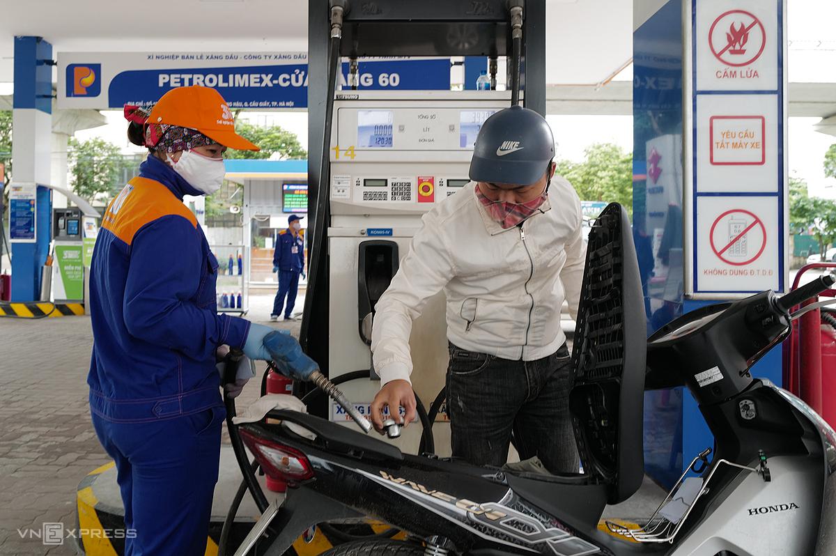 Người dân mua xăng tại cây xăng ở Cầu Giấy, Hà Nội. Ảnh: Ngọc Thành.