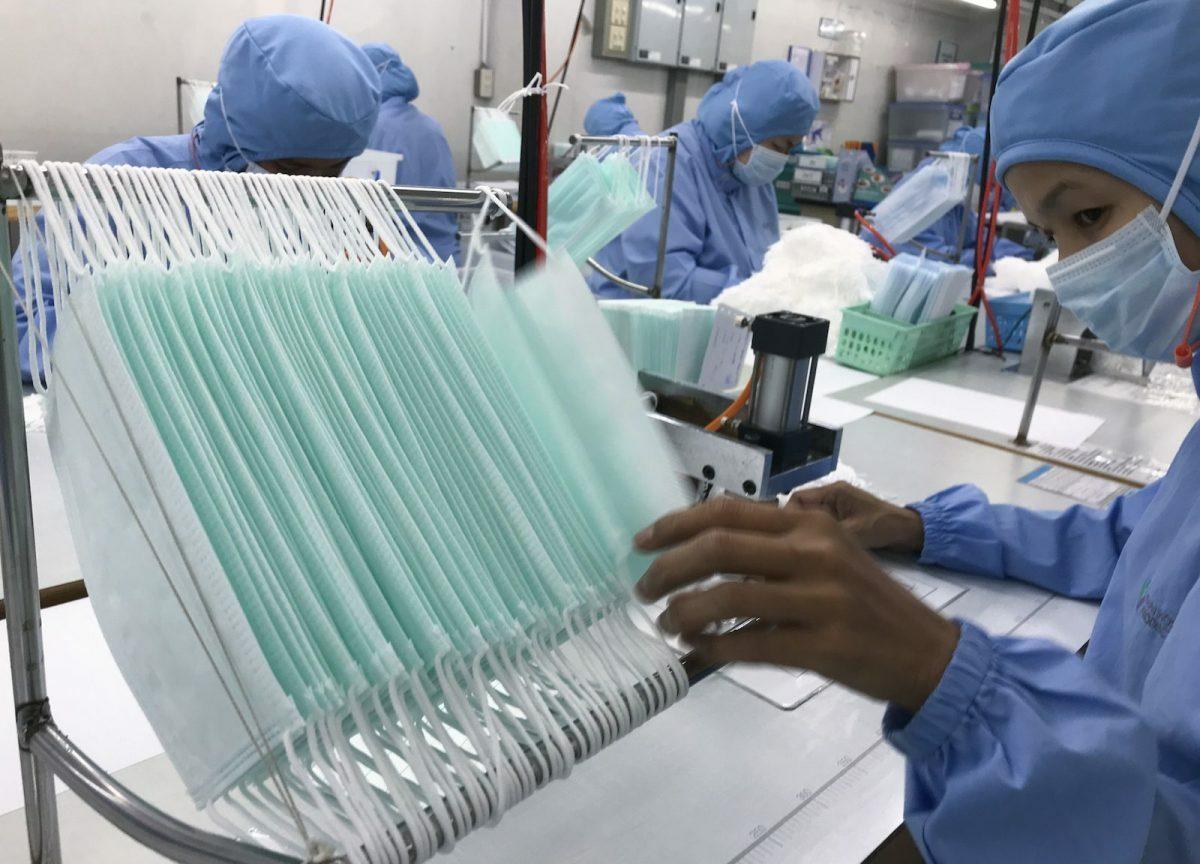 Công nhân sản xuất khẩu trang tạiThai Hospital Product Company. Ảnh: Reuters