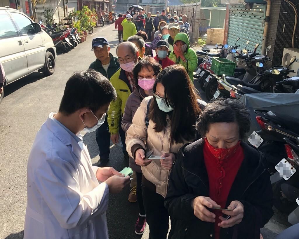 Người dân xếp hàng mua khẩu trang trước một hiệu thuốc ở Đài Bắc. Ảnh: CNA