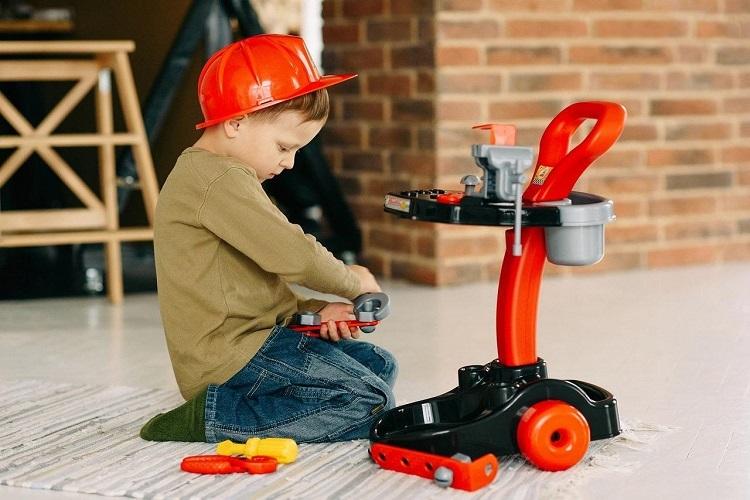 Mỗi bé thường yêu thích một số ngành nghề. Phụ huynh có thể lựa chọn các sản phẩm đồ chơi bác sĩ, bộ đường đua, trung tâm cơ khí...dạy béquan sát, cũng như thực hành cùng ba mẹ.