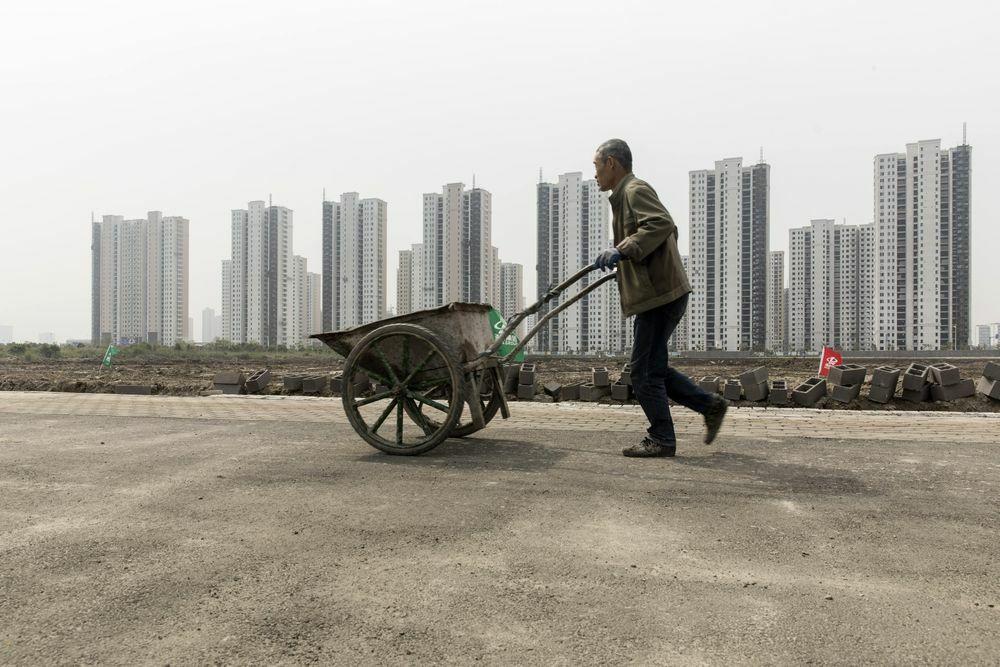 Công nhân tại một công trường xây dựng ở Ninh Ba (Trung Quốc). Ảnh: Bloomberg