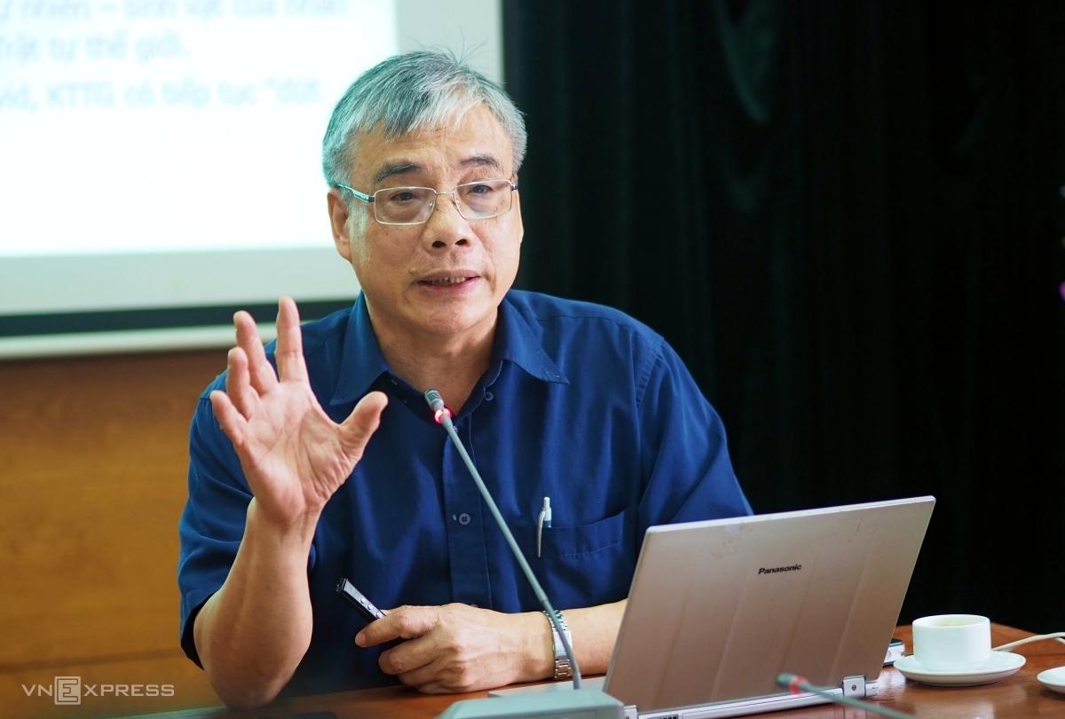 Ông Trần Đình Thiên tạibuổi sinh hoạt chuyên đề sáng 15/5 của CLB Cafe Số. Ảnh: Minh Sơn.