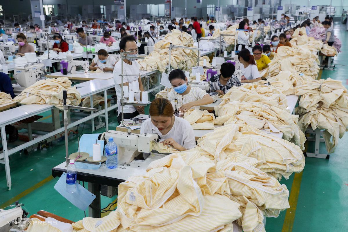 Sản xuất quần áo tại một công ty may mặc ở Long An. Ảnh: Như Quỳnh