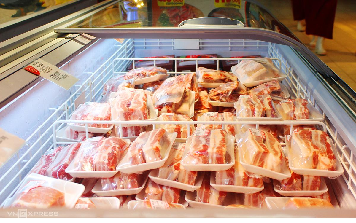 Thịt lợn nhập khẩu được bày bán tại hệ thống siêu thị BigC Hà Nội. Ảnh:Anh Minh.