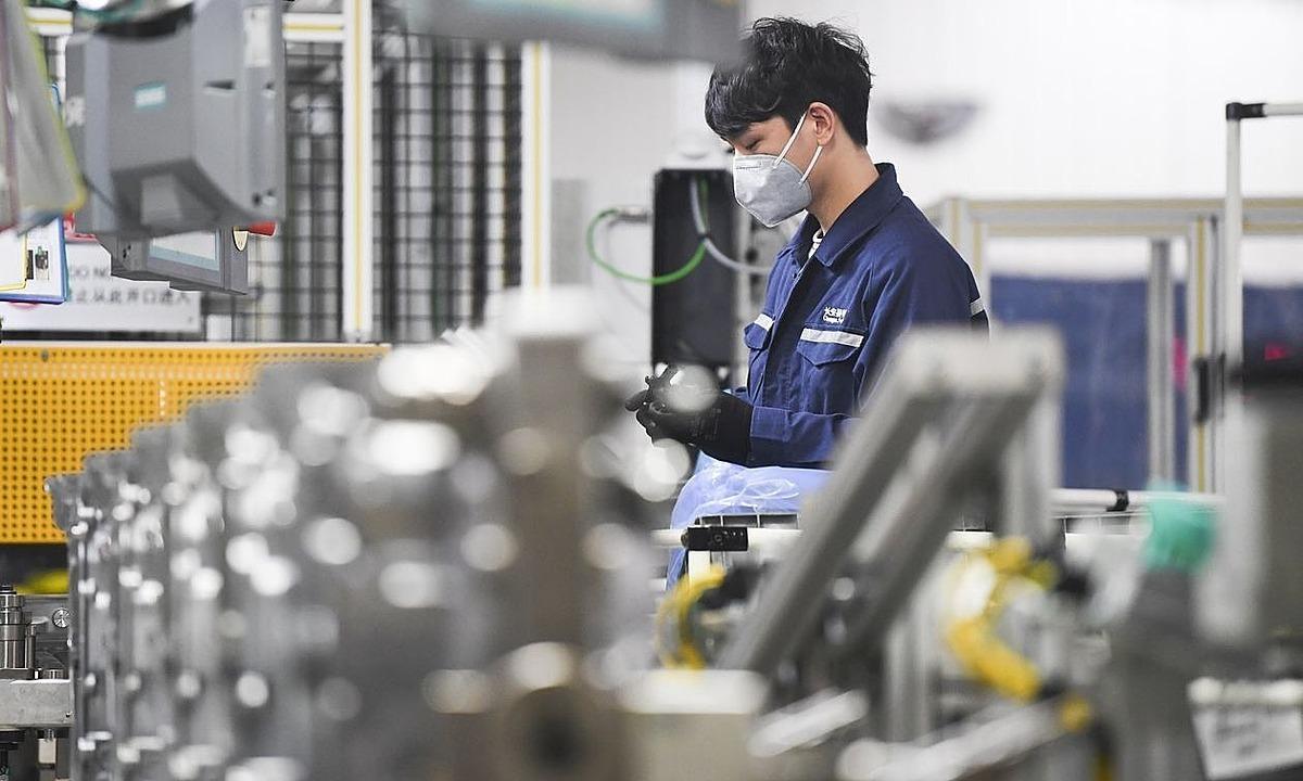 Công nhân làm việc trong nhà máy Changan Ford ở Trùng Khánh vào tháng 2/2020. Ảnh: Zuma Press