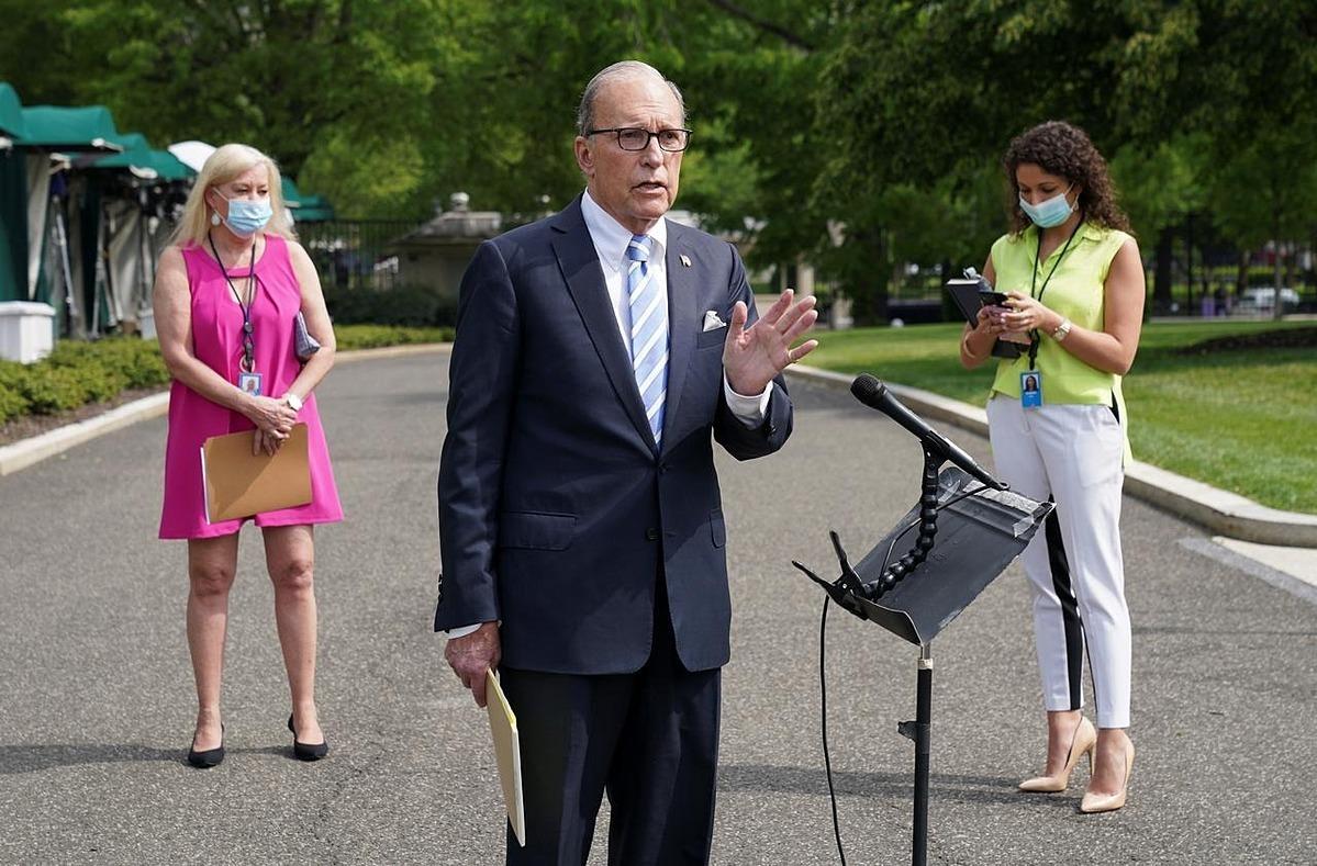 Cố vấn kinh tế Nhà TrắngLarry Kudlow chia sẻ thông tin với các phóng viên hôm 15/5. Ảnh: Reuters