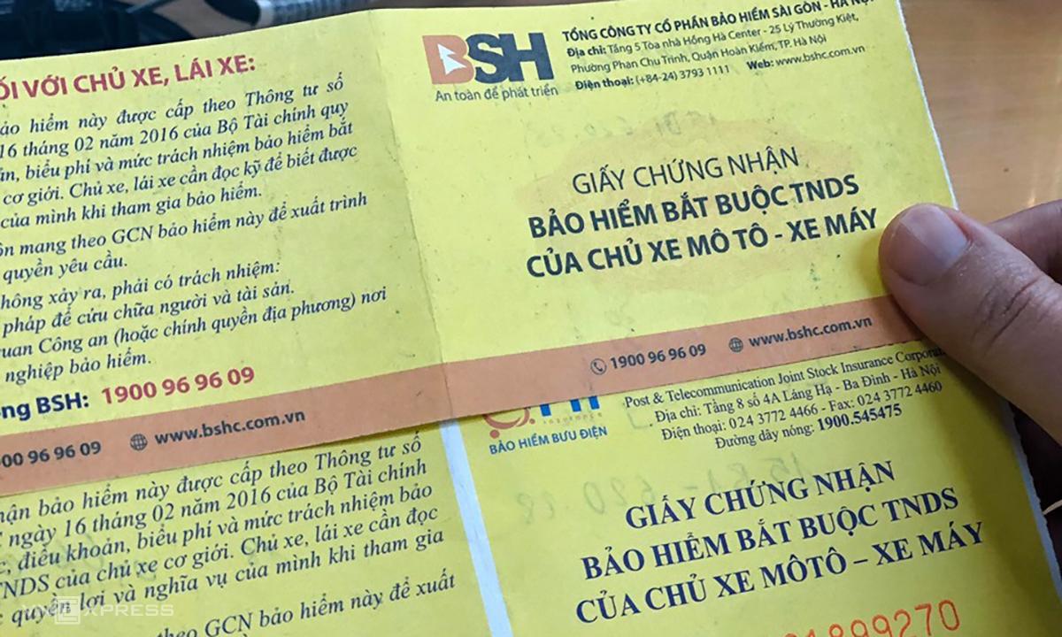 Bảo hiểm xe máy bắt buộc - loai giấy tờ người tham gia giao thông phải có. Ảnh: Anh Tú