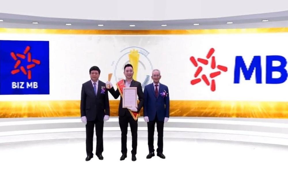 Đại diện MB nhận giải thưởng Sao Khuê 2020.