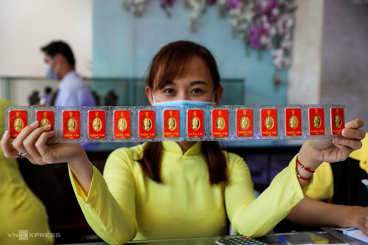 Nhân viên một tiệm vàng trên đường Bùi Hữu Nghĩa (quận Bình Thạnh, TP HCM) trưng bán vàng miếng. Ảnh: Quỳnh Trần